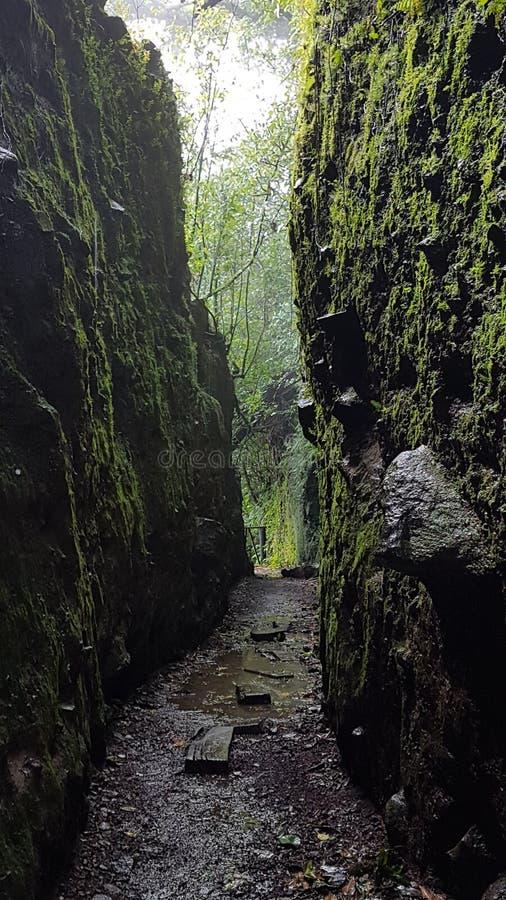 Uma passagem entre as rochas imagem de stock