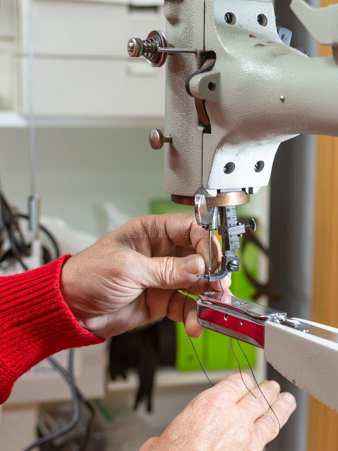 Uma peça de uma máquina de costura foto de stock