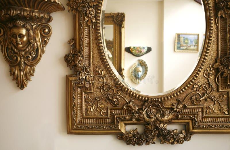 Uma peça de um espelho antigo fotos de stock