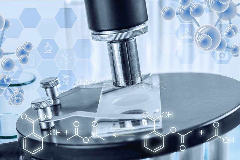 Uma peça de um microscópio em um laboratório imagens de stock