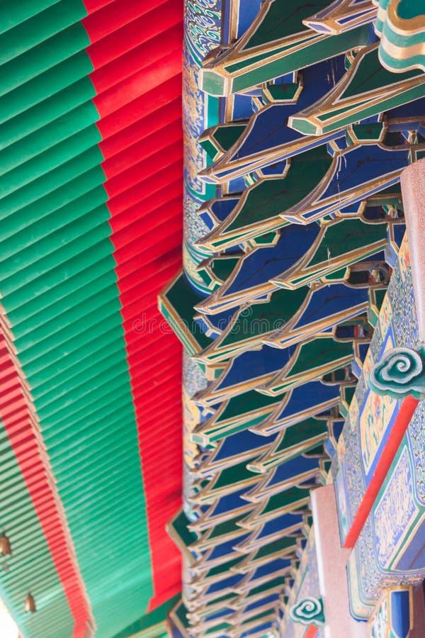 Uma peça do telhado do estilo chinês em Wat Leng-Noei-Yi imagem de stock royalty free