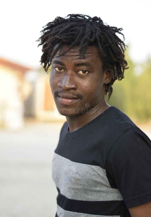 Uma pele escura, um rapaz africano bonito foto de stock