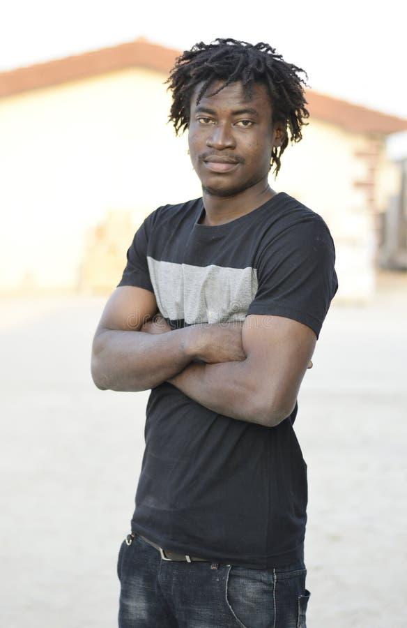 Uma pele escura, um rapaz africano bonito fotografia de stock royalty free