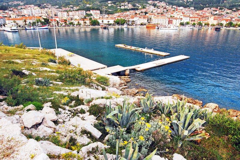 Uma península com as casas na costa da Croácia fotografia de stock royalty free