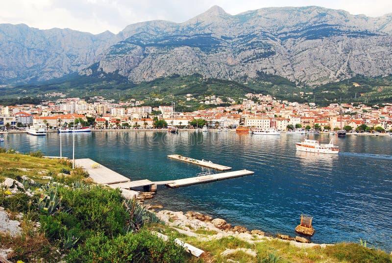 Uma península com as casas na costa da Croácia foto de stock