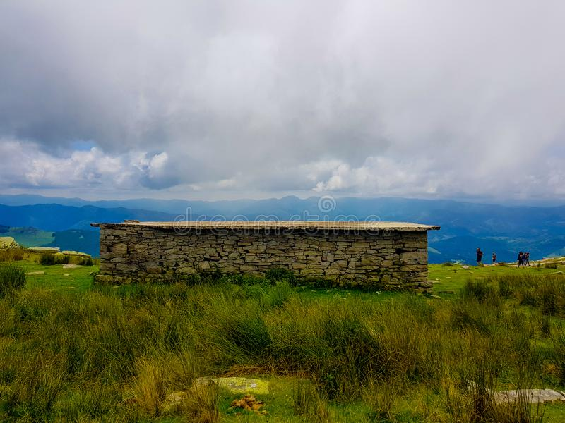 Uma pena de pedra onde pastores e animais usados para tomar o ref?gio La Rhune da montagem nos Pyrenees Beira entre a Espanha e o imagens de stock