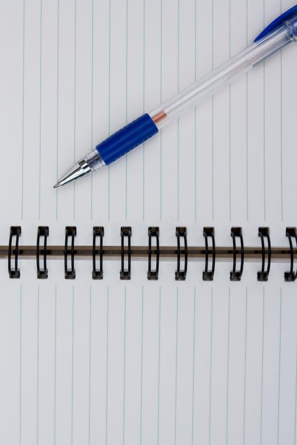 Uma pena em um caderno espiral. fotografia de stock