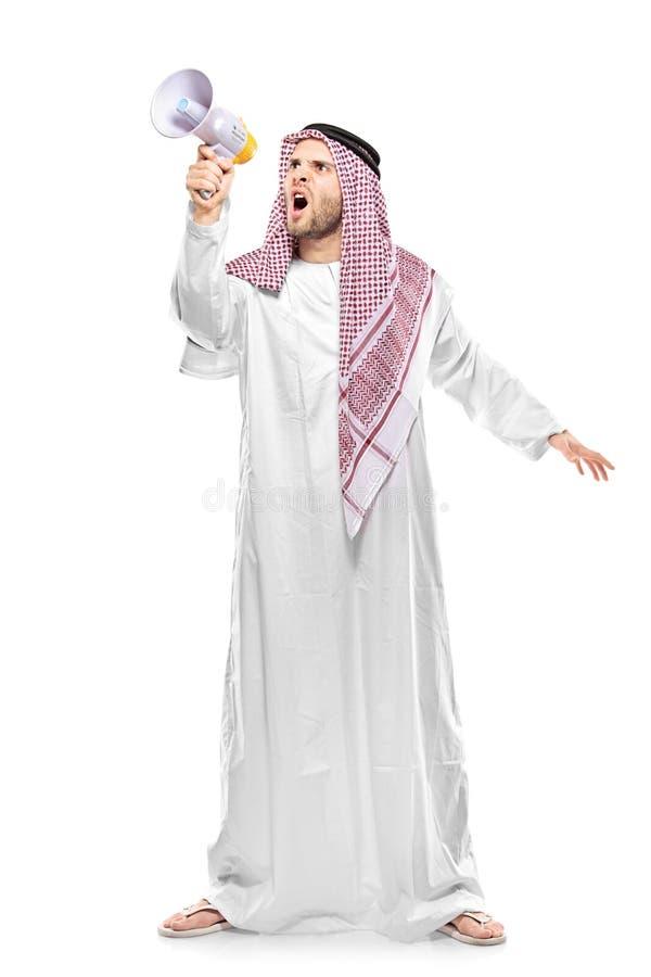 Uma pessoa árabe irritada que grita em um megafone fotografia de stock