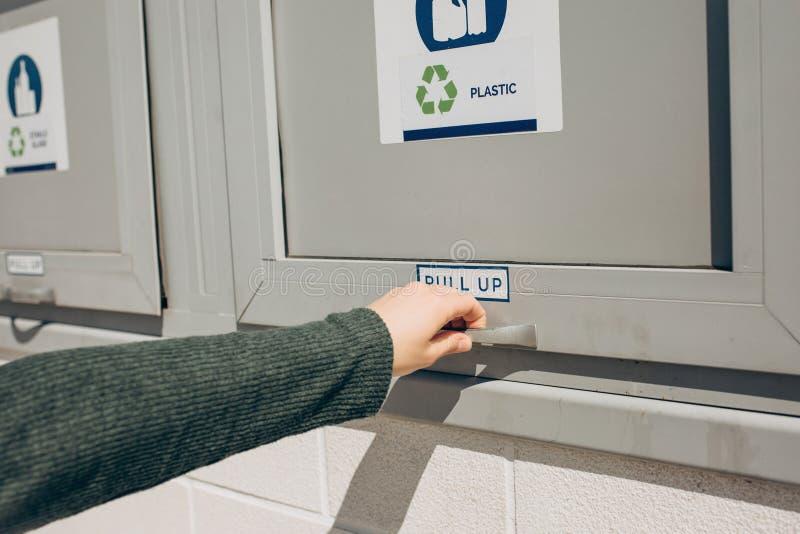 Uma pessoa abre um escaninho de desperd?cio moderno fotos de stock royalty free