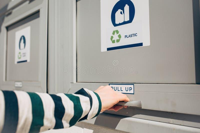 Uma pessoa abre um escaninho de desperd?cio moderno foto de stock