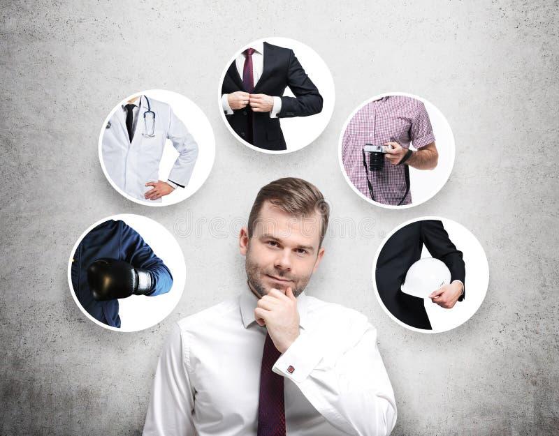 Uma pessoa considerável em uma camisa formal está pensando sobre profissões diferentes foto de stock