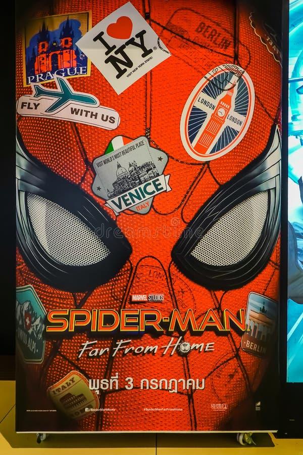 Uma pessoa de pé bonita de um filme chamou Homem-aranha longe da exposição da casa no cinema para promover o filme imagem de stock