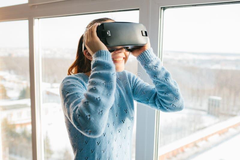 Uma pessoa em vidros virtuais voa aos pixéis A mulher com vidros da realidade virtual Conceito futuro da tecnologia imagens de stock