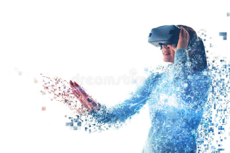 Uma pessoa em vidros virtuais voa aos pixéis A mulher com vidros da realidade virtual Conceito futuro da tecnologia imagens de stock royalty free