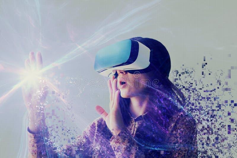 Uma pessoa em vidros virtuais voa aos pixéis A mulher com vidros da realidade virtual Conceito futuro da tecnologia foto de stock royalty free