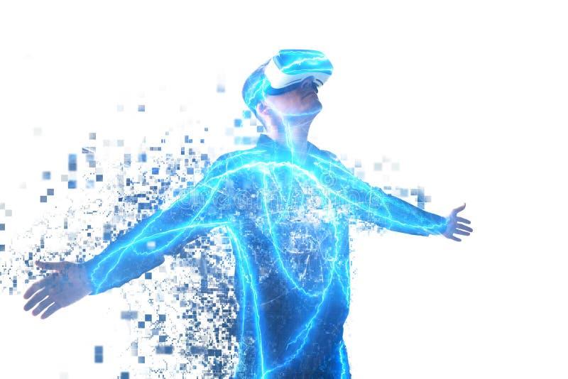 Uma pessoa em vidros virtuais voa aos pixéis O homem com vidros da realidade virtual Conceito futuro da tecnologia foto de stock