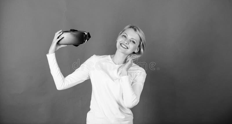 Uma pessoa em vidros virtuais voa no espa?o da sala Mulher feliz que explora o mundo aumentado, interagindo com o digital fotos de stock