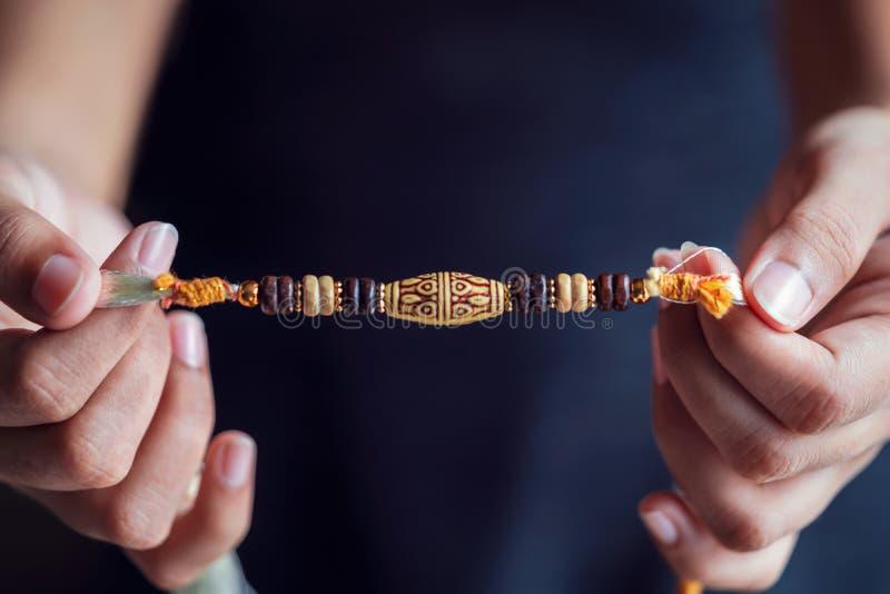 Uma pessoa que guarda um Rakhi bonito fotografia de stock royalty free