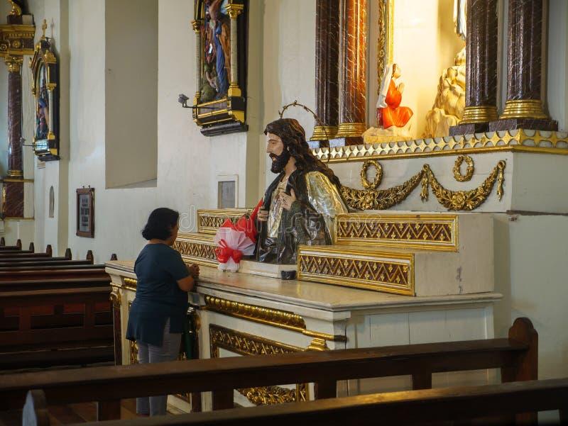 Uma pessoa que reza no St Paul Metropolitan Cathedra, cidade de Vigan, Filipinas, agosto 24,2018 fotos de stock royalty free