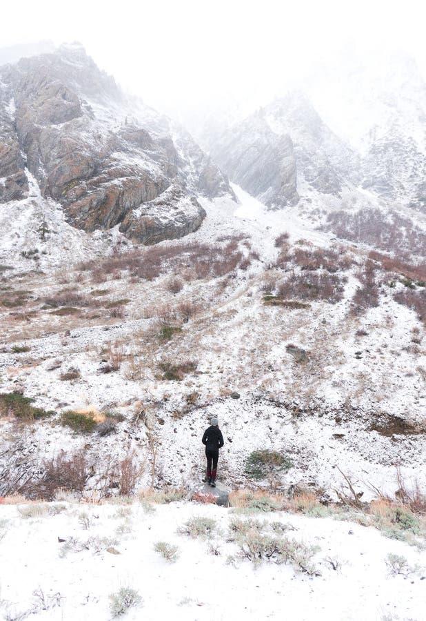 Uma pessoa solitária braves o inverno na serra fotografia de stock