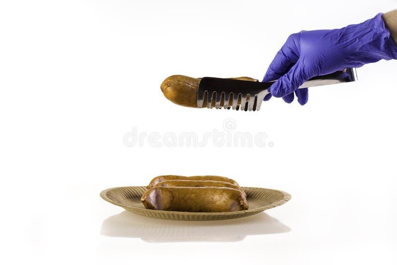 Uma pessoa usando luvas está fazendo churrasco imagens de stock