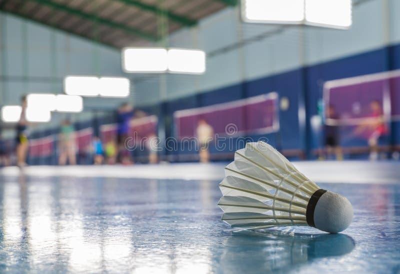 Uma peteca na terra na corte de badminton fotografia de stock royalty free