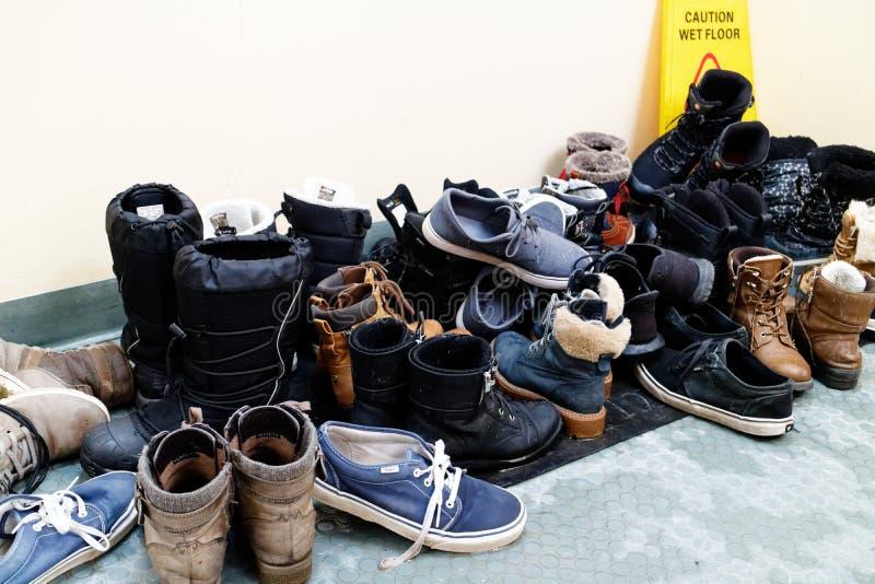 Uma pilha bagunçado das botas imagem de stock royalty free