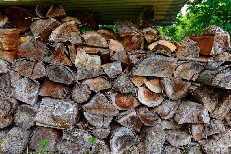 Uma pilha da lenha empilhada agradavelmente fotografia de stock