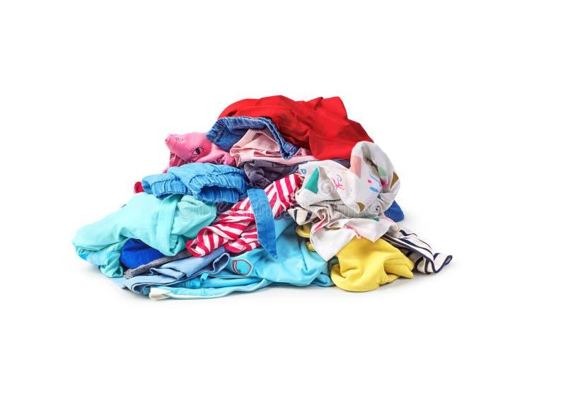 Uma pilha da roupa brilhante isolada no branco fotos de stock