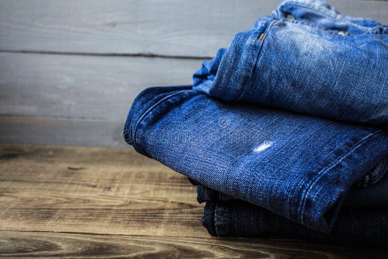 Uma pilha das calças de brim imagens de stock