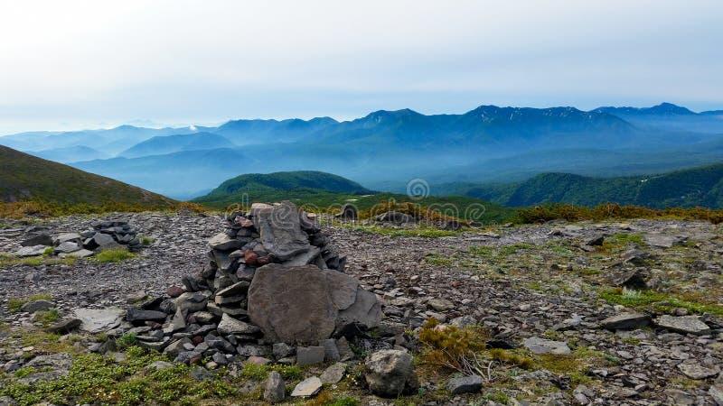 Uma pilha das pedras nas montanhas alpinas fotografia de stock royalty free
