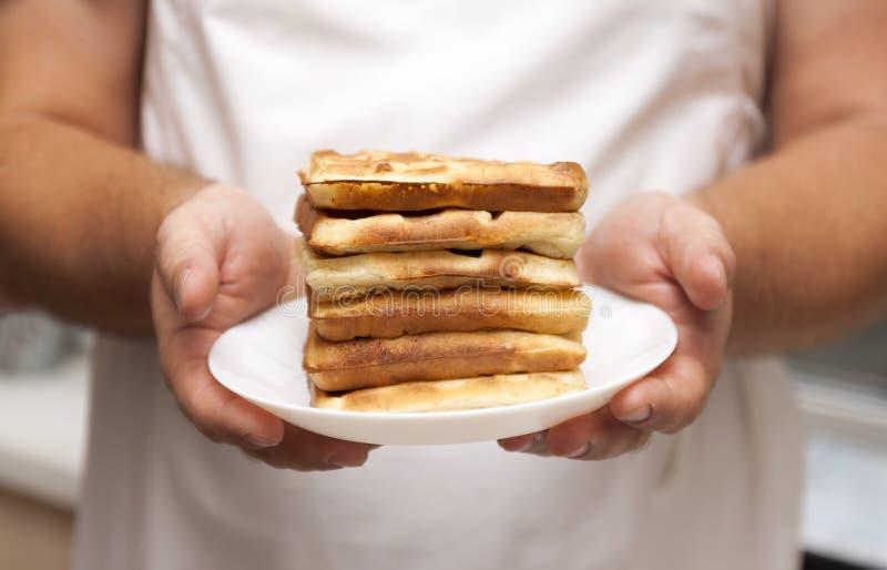 uma pilha de bolachas recentemente cozidas nas mãos para homens, clo do cozinheiro chefe imagens de stock