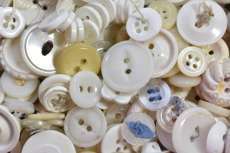 Uma pilha de botões brancos velhos da costura fotografia de stock royalty free
