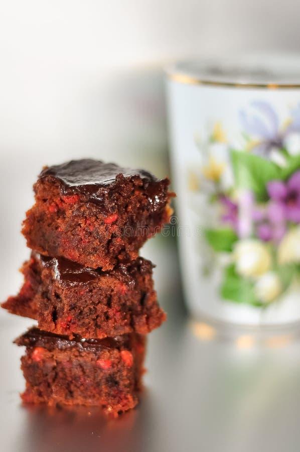 Uma pilha de brownies do chocolate isoladas no fundo de prata branco, foto de stock