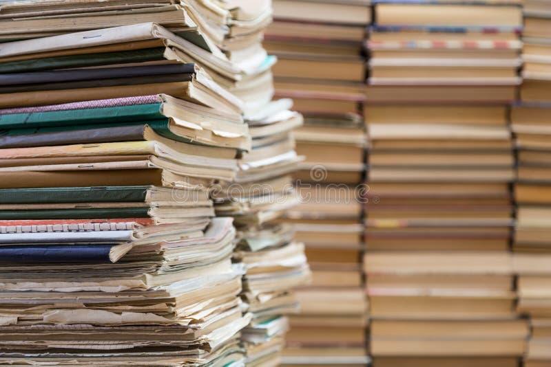 Uma pilha de cadernos da velha escola e uma pilha de livros de texto ou de livros fotos de stock royalty free