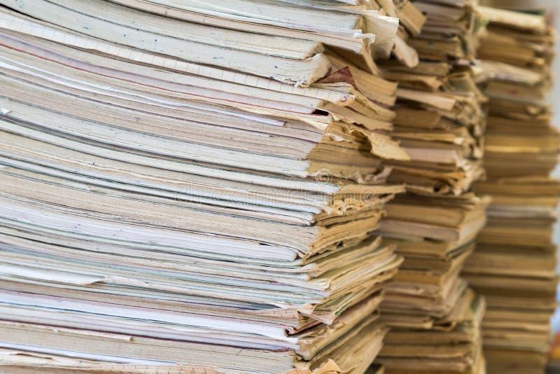 Uma pilha de cadernos da velha escola Tampa colorido imagem de stock