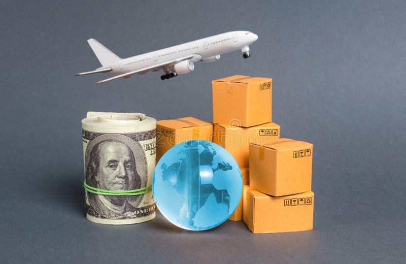 Uma pilha de caixas, aviões, um pacote de dólares e um planeta azul Comércio mundial e troca de matérias-primas tráfego comercial fotografia de stock
