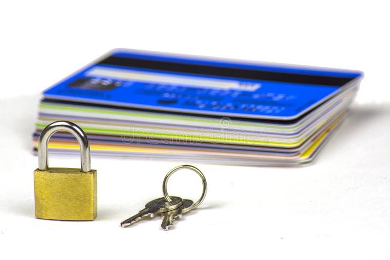 Uma pilha de cartões de crédito Um cadeado pequeno e as chaves a ele imagem de stock