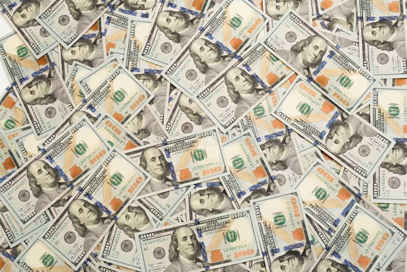 Uma pilha de cem c?dulas dos E.U. com retratos do presidente Dinheiro de cem notas de d?lar, imagem de fundo do d?lar com eleva?? fotos de stock royalty free