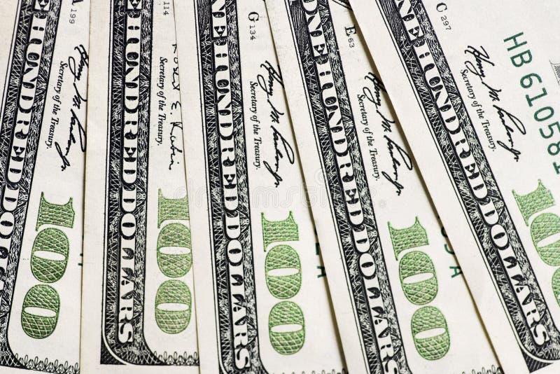 Uma pilha de cem notas de dólar dos E.U. Fundo dos dólares das centenas fotografia de stock
