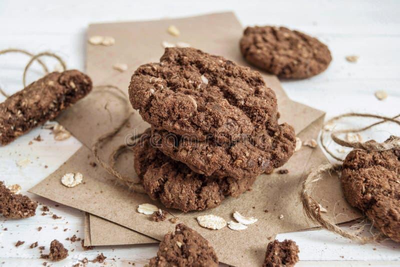 Uma pilha de cookies do chocolate no papel do ofício foto de stock royalty free