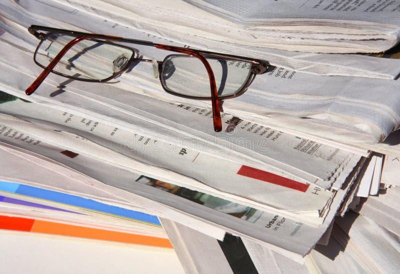 Uma pilha de jornais e de compartimentos imagens de stock royalty free