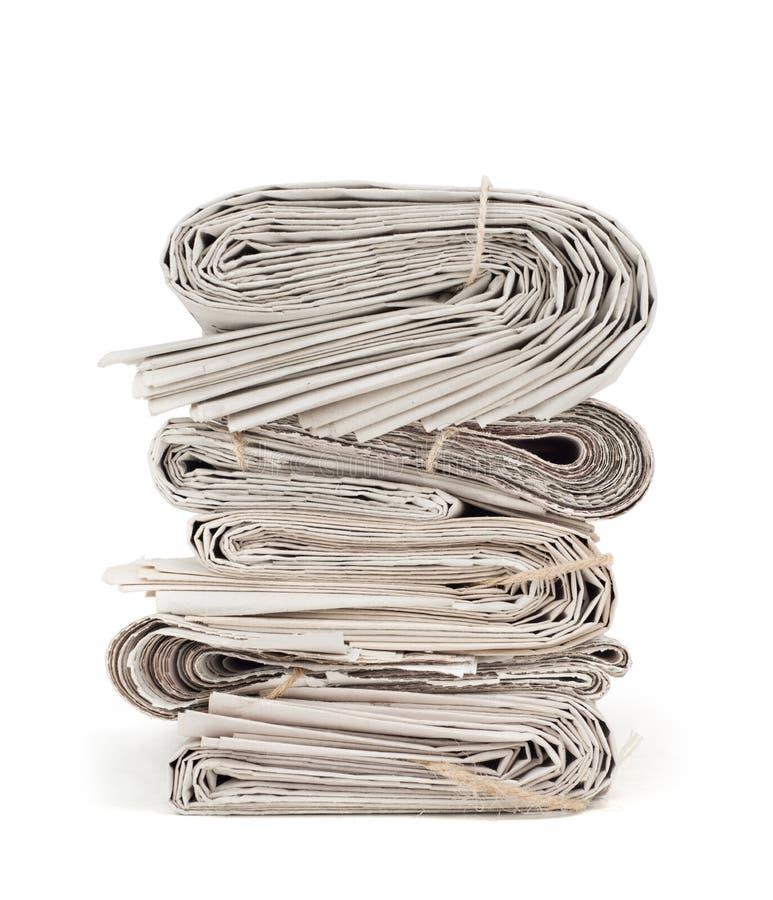 Uma pilha de jornais velhos isolados no branco fotos de stock