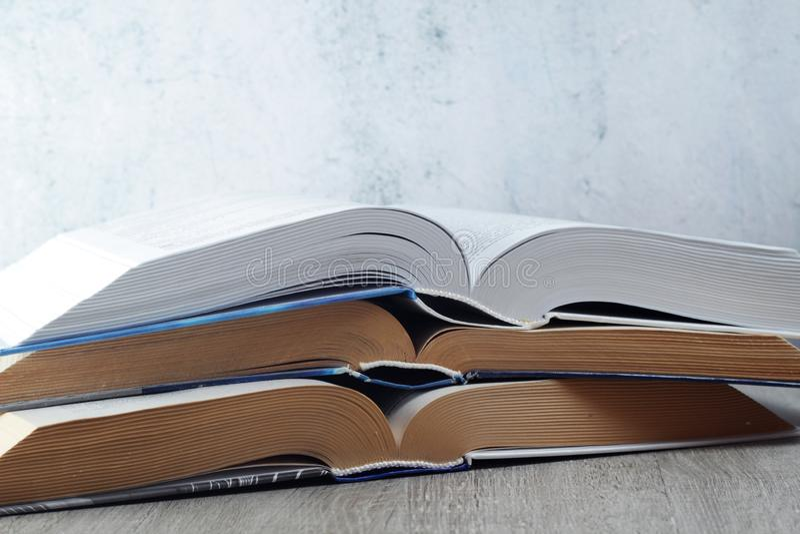 Uma pilha de livros abertos fotografia de stock royalty free