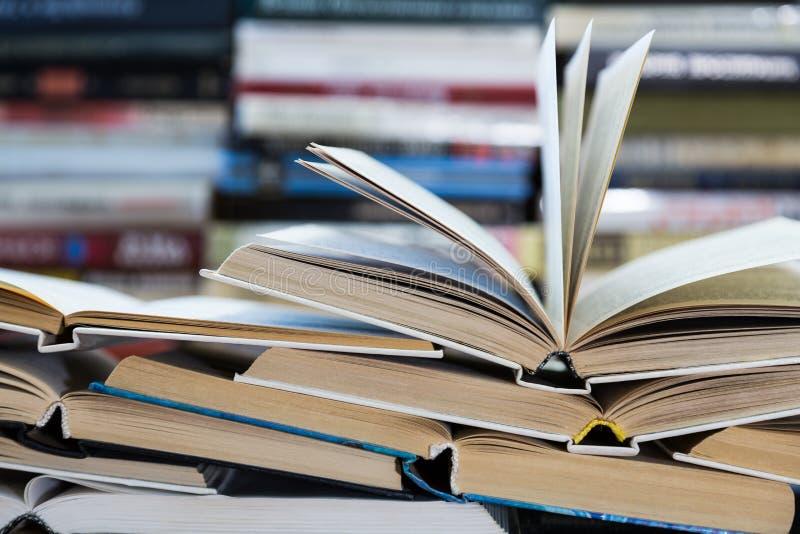 Uma pilha de livros com tampas coloridas A biblioteca ou a livraria Livros ou livros de texto Educação e leitura imagens de stock