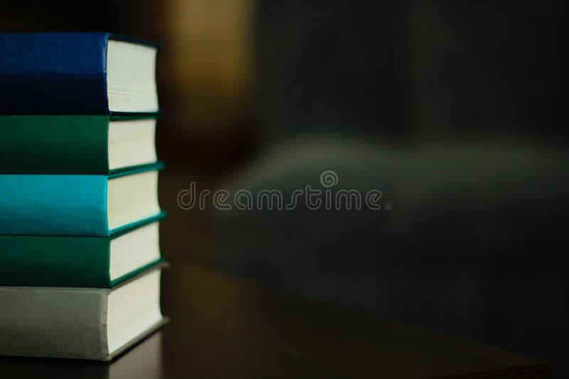 Uma pilha de livros na tabela imagens de stock