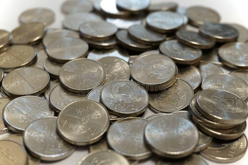 Uma pilha de moedas bielorrussas do rublo fotos de stock royalty free
