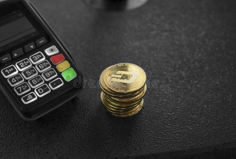 Uma pilha de moedas criptos da moeda do traço do ouro e de terminal da posição Traços Cryptocurrency Comércio eletrônico, negócio foto de stock royalty free