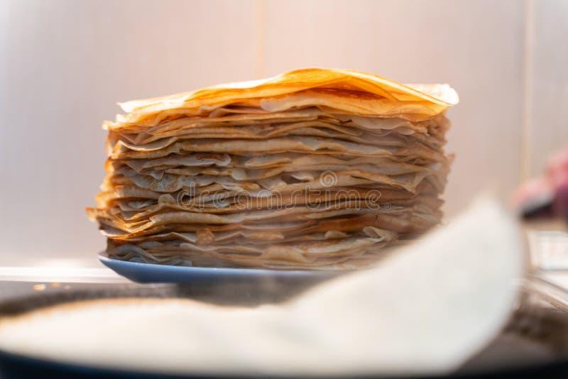 Uma pilha de panquecas fritadas pré-feitos as panquecas são fritadas em uma frigideira preta fotos de stock royalty free