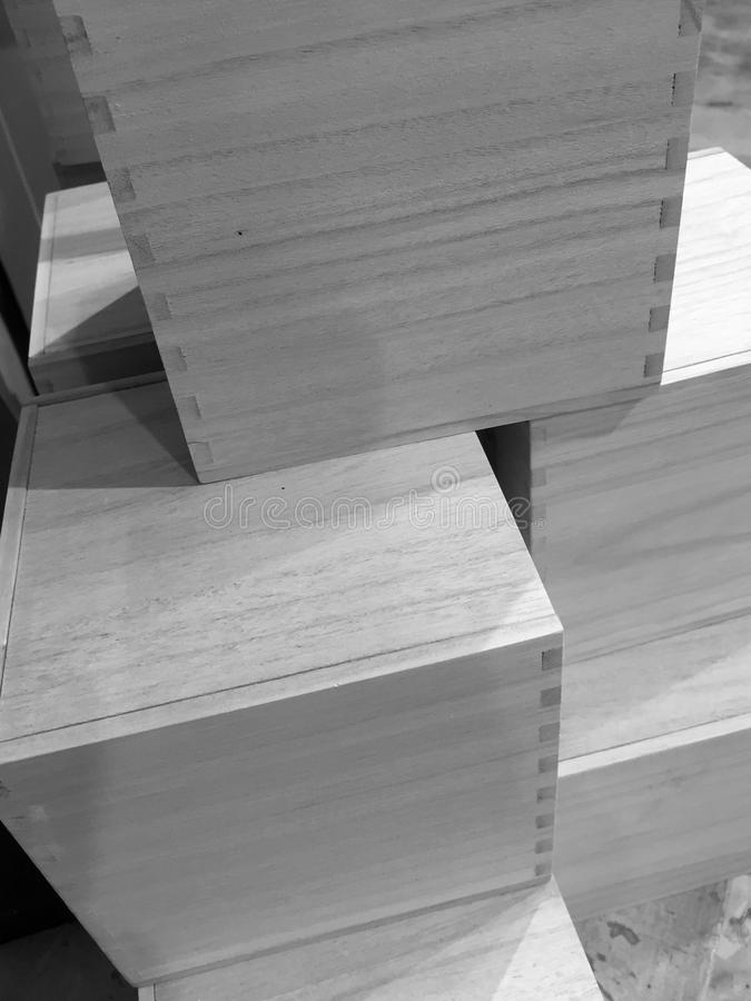 Uma pilha de recipientes de madeira quadrados imagem de stock